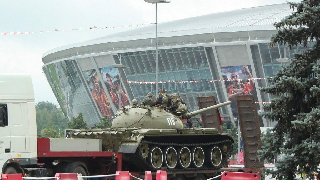 Transporte de carros de combate frente al Dombass Arena FOTO: Elgráfico