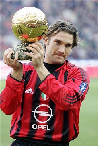 Shevchenko muestra el Balón de Oro a los aficionados del Milan. FOTO: AS