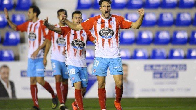 Los jugadores del CD Lugo celebran el segundo gol de Pedraza ante el UCAM