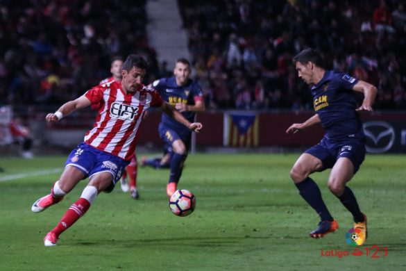 Fran Sandaza controla un balón contra un rival del UCAM Murcia | Foto: LFP.