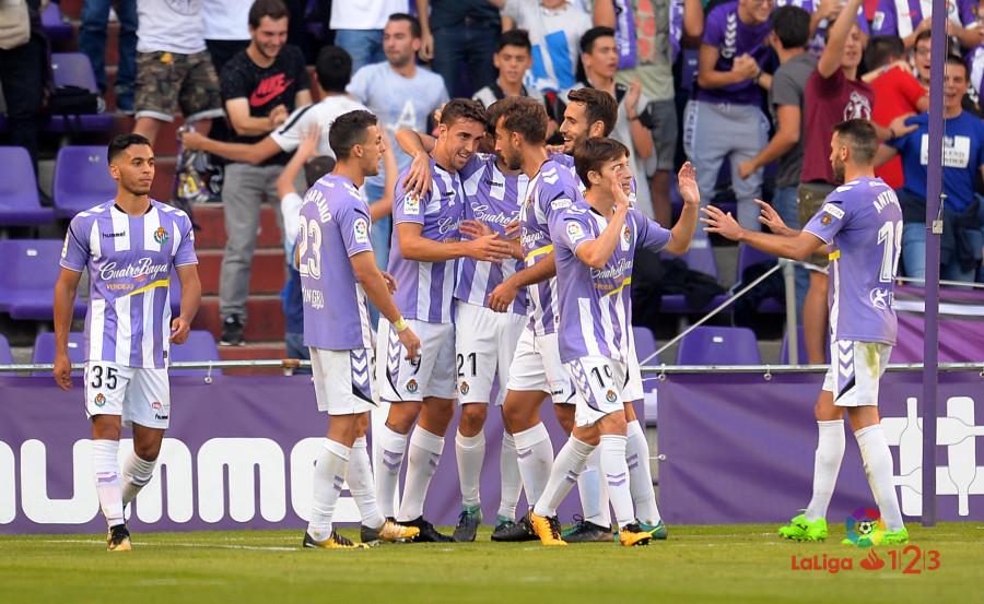 Los jugadores del Real Valladolid celebran un gol conseguido ante el AD Alcorcón | Foto: LaLiga.