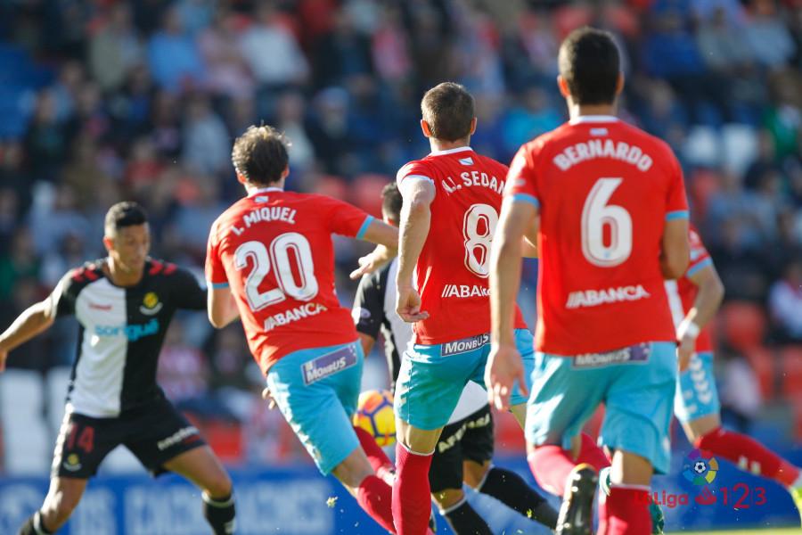 Los jugadores del CD Lugo luchan por un balón frente al Nàstic | Foto: LaLiga.