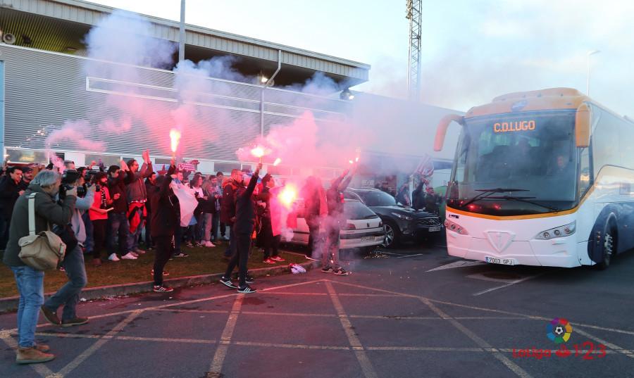 Os seareiros do CD Lugo reciben ós xogadores antes do partido co Osasuna | Foto: LaLiga.
