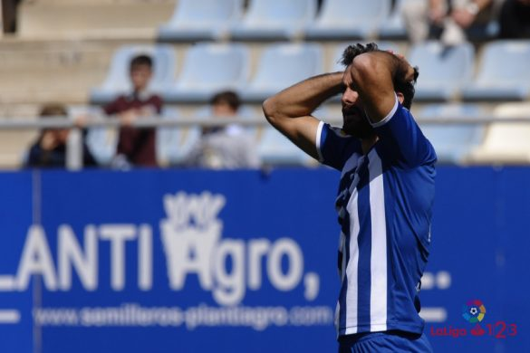 Un jugador del Lorca lamenta una ocasión fallada ante el Granada CF | Foto: LaLiga.