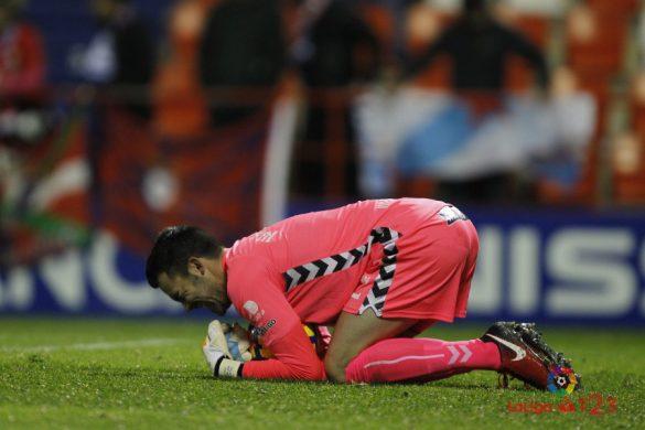 Juan Carlos ataja un balón en el partido de la primera vuelta | Foto. LaLiga.