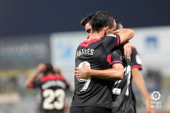Linares abraza a un compañeiro durante o partido contra o Rayo Majadahonda | Foto. LaLiga123.