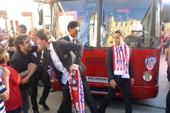 Liru, primero por la derecha, durante la celebración del ascenso en Lugo.