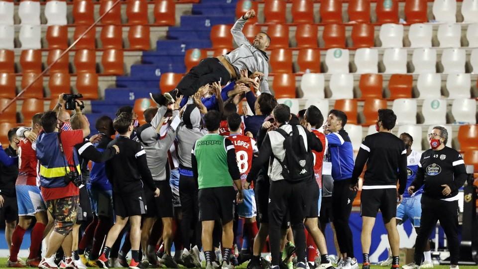 Jugadores del CD Lugo mantean a Juanfran