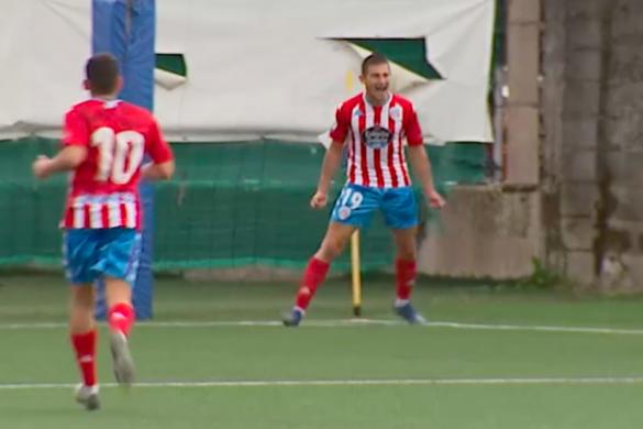 Cristian Martínez celebra un dos seus goles contra o Viveiro.