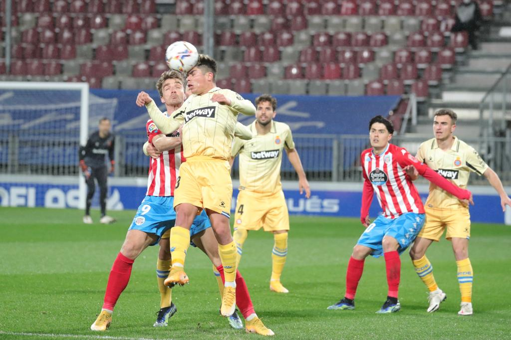 Lance entre dos jugadores, crónica CD Lugo Espanyol