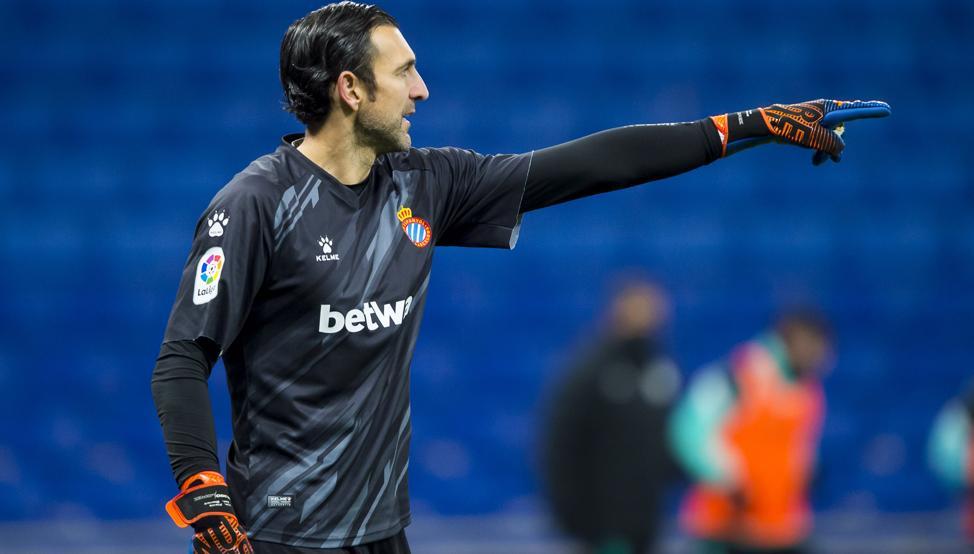 Diego Lopez señala algo. Jugará contra el CD Lugo.