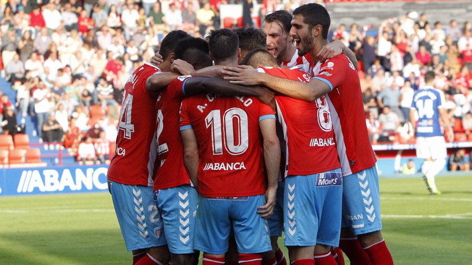 Jugadores del CD Lugo celebran un gol en piña