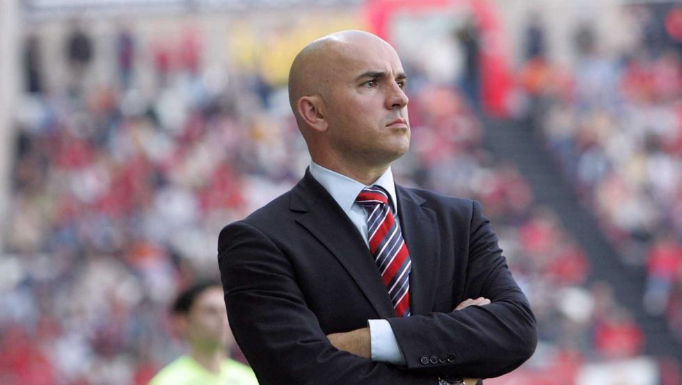 Luis César Sampedro, entrenador del CD Lugo en el banquillo