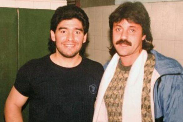 Un joven Caruso posa junto a Maradona