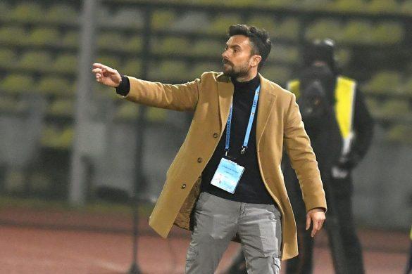 Rubén Albés, nuevo entrenador del CD Lugo, dirige un encuentro en Rumanía.