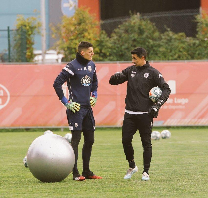 Ander Cantero charla con Roberto Fernández durante un entrenamiento en el CD Lugo. Lugoslavia.