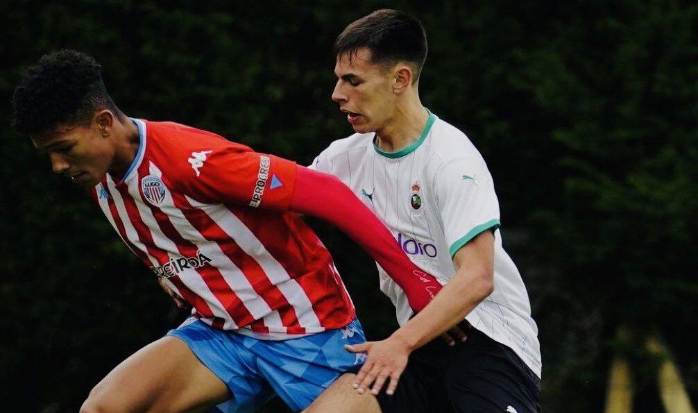 Leandro Antonetti del CD Lugo lucha un balón contra un rival