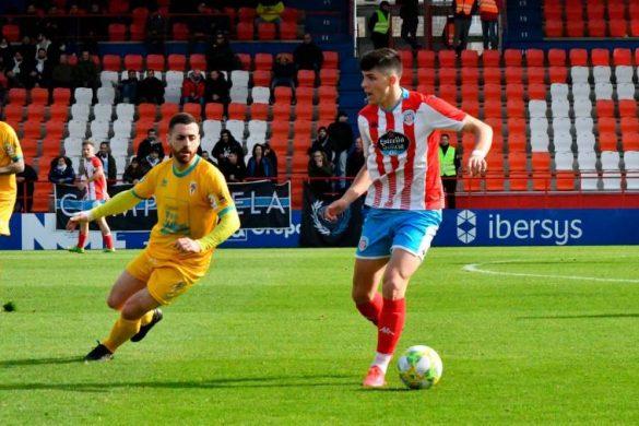 Matías Vesprini con el CD Lugo conduce un balón ante el Compostela