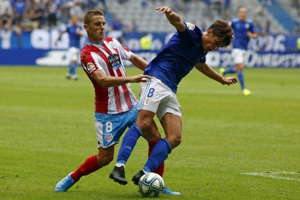 Seoane intenta robar el balón a un jugador del Oviedo | Lugoslavia