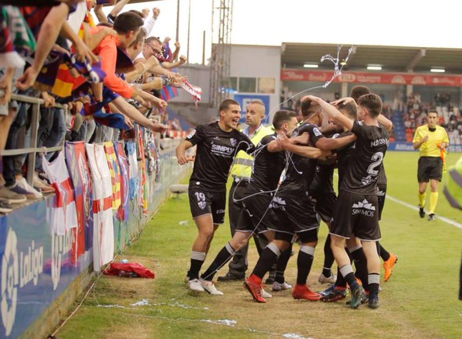 La SD Huesca celebra el ascenso en el Anxo Carro